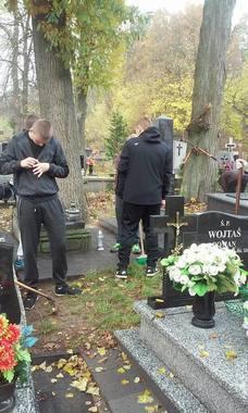 Uczniowie z ZS w Sobieszynie porządkują groby
