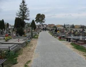 Budowa alejki na Cmentarzu Komunalnym w Dęblinie o powierzchni 627,3 m2.