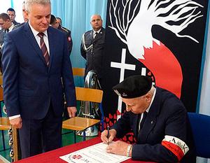 """Przekazanie przez kombatantów Sztandaru 15 Pułku Piechoty """"Wilków"""" społeczności Liceum Ogólnokształcącego w Dęblinie"""