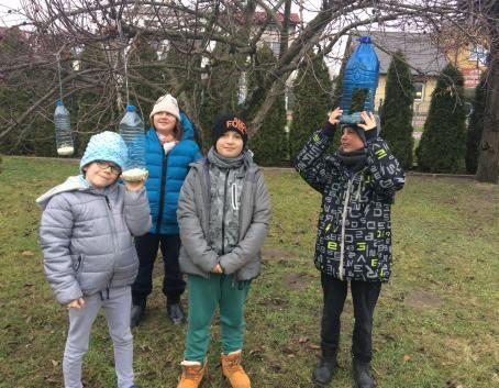Uczniowie Świetlicy szkolnej SOSW w Deblinie dokarmiają ptaki