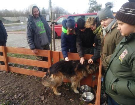 SOSW w Dęblinie z wizyta w schronisku dla zwierząt w Puławach