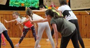 Czwartkowe zajęcia taneczne dla młodzieży w Domu Kultury w Markuszowie