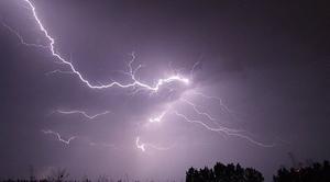Prognozuje się wystąpienie burz z opadami deszczu od 20 mm do 30 mm oraz porywami wiatru do 65 km/h.