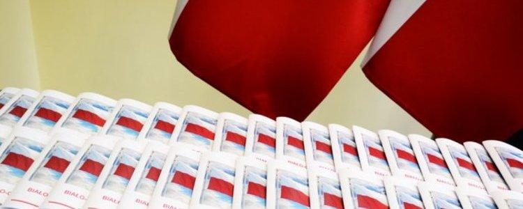 """Poradnik """"Biało-Czerwona"""" czyli jak czcić barwy narodowe"""