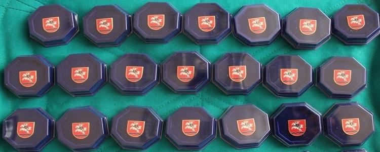 Pamiątkowe piny z herbem Powiatu dla uczestników Jubileuszu 150-lecia Powiatu Puławskiego