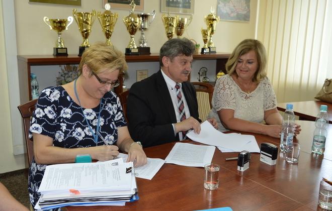 """Podpisanie umowy na realizację zadnia """"Budowa boisk wielofunkcyjnych w Zespole Szkół Zawodowych Nr 1 w Dęblinie"""""""