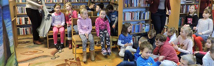 """Teatr """"Urwis"""" odwiedził Gminną Bibliotekę Publiczną w Wólce"""