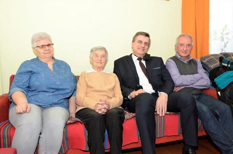 Rodzina, stulatka i burmistrz Leszek Michalak na wspólnej fotografii