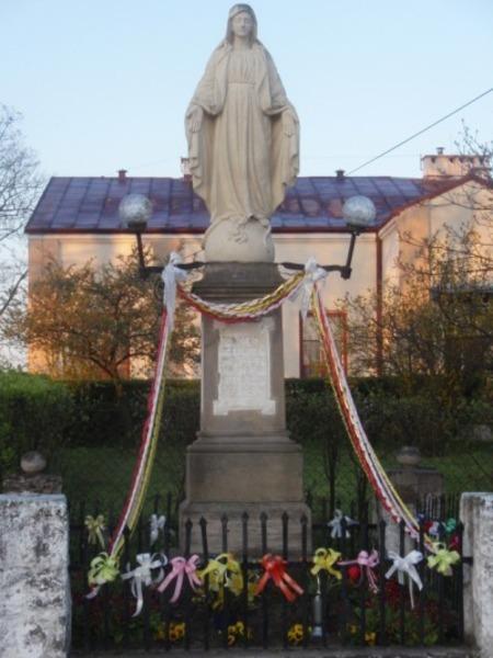 <p><strong>ANNOPOL- Kapliczka - figura Matki Boskiej (ul. Kościuszki)</strong></p> <p></p>