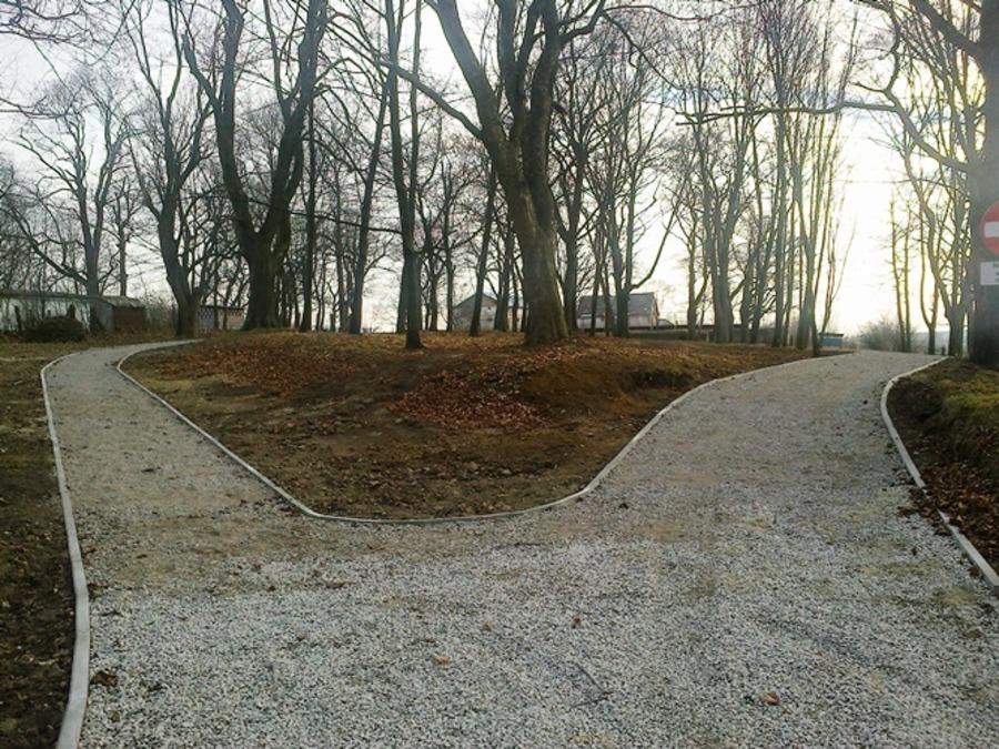 ALEJKA SPACEROWA W PARKU W ANNOPOLU