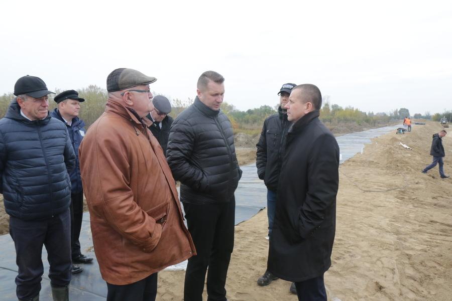 Wizyta Wojewodów na modernizowanym odcinku wału w Dolinie Świeciechowskiej