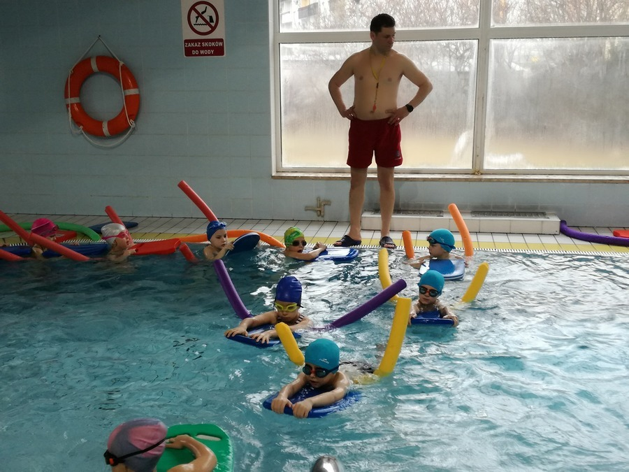 Uczniowie rozpoczęli naukę pływania