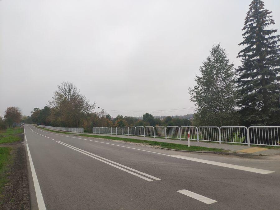 Widok wyremontowanego chodnika w Annopolu z barierkami ochronnymi