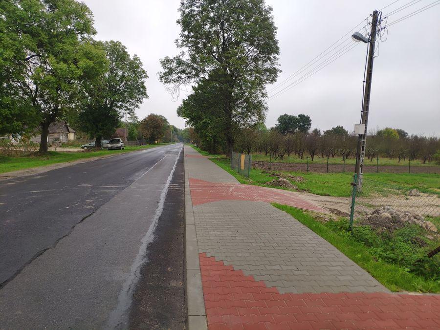 Widok zjazdów do posesji w ciągu wybudowanego chodnika w Opoce