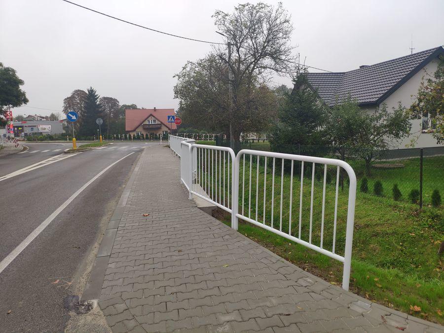 Wyremontowany chodnik na ul. Puławskiej w Annopolu- widok skrzyżowania z ul. Lubelską