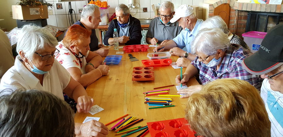 Seniorzy na warsztatach tworzenia mydełek