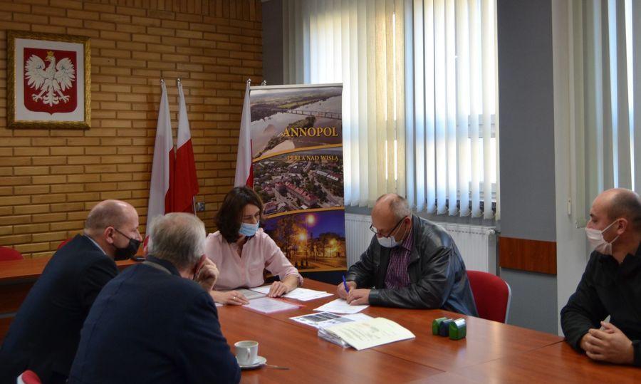 Podpisanie umowy przez Wykonawcę Zakład Instalatorstwa Elektrycznego Wiesław, Karol Dudek z Kraśnika w obecności Kierownika Budowy.
