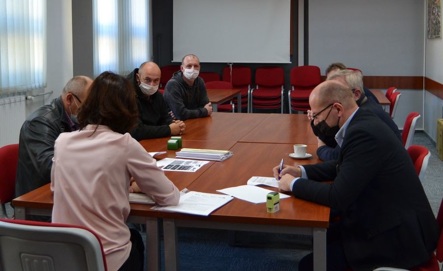 Podpisanie umowy przez Burmistrza Annopola Mirosława Gazdę w obecności Inspektora Nadzoru.