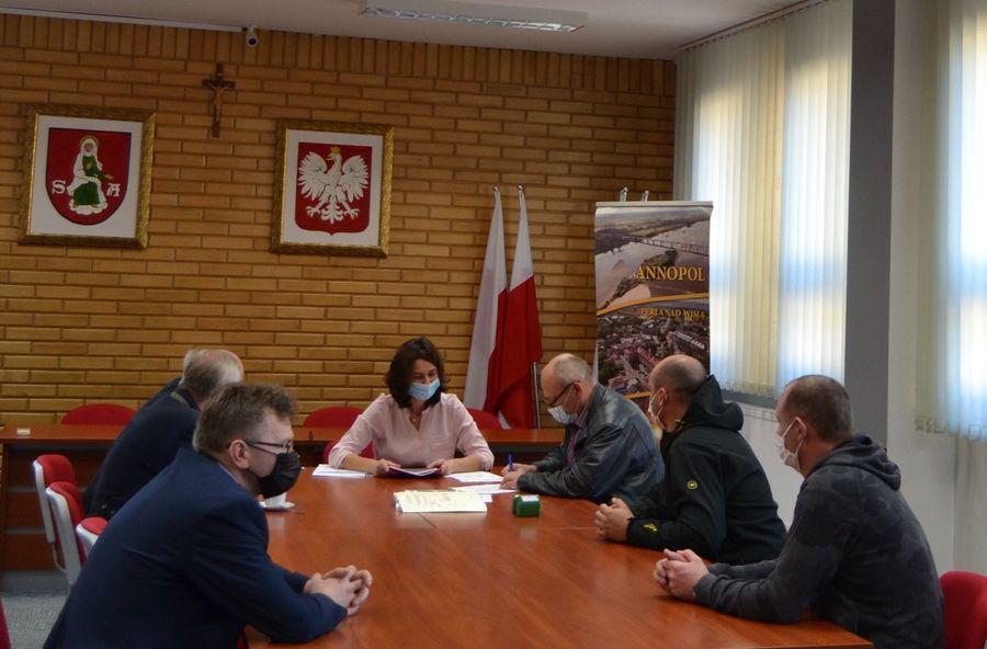 Podpisanie umowy przez Wykonawcę Zakład Instalatorstwa Elektrycznego Wiesław, Karol Dudek z Kraśnika