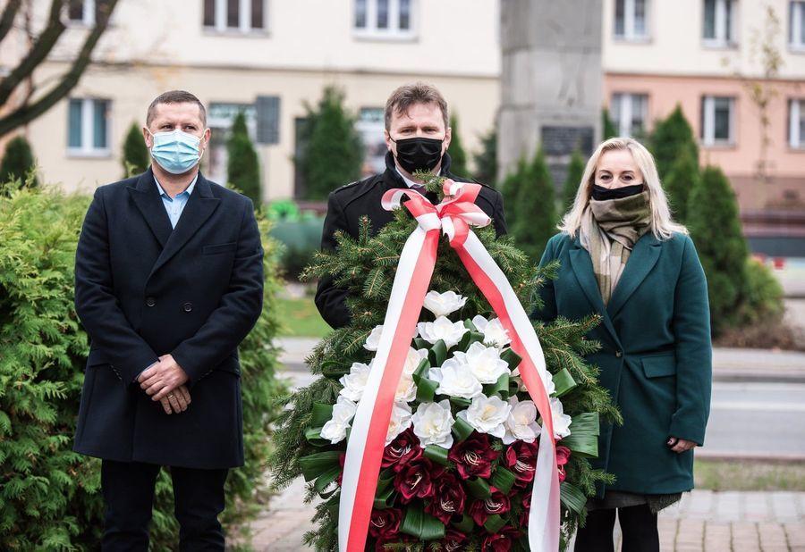 Obchody 102 rocznicy odzyskania Niepodległośc składanie wieńca pod pomnikiem