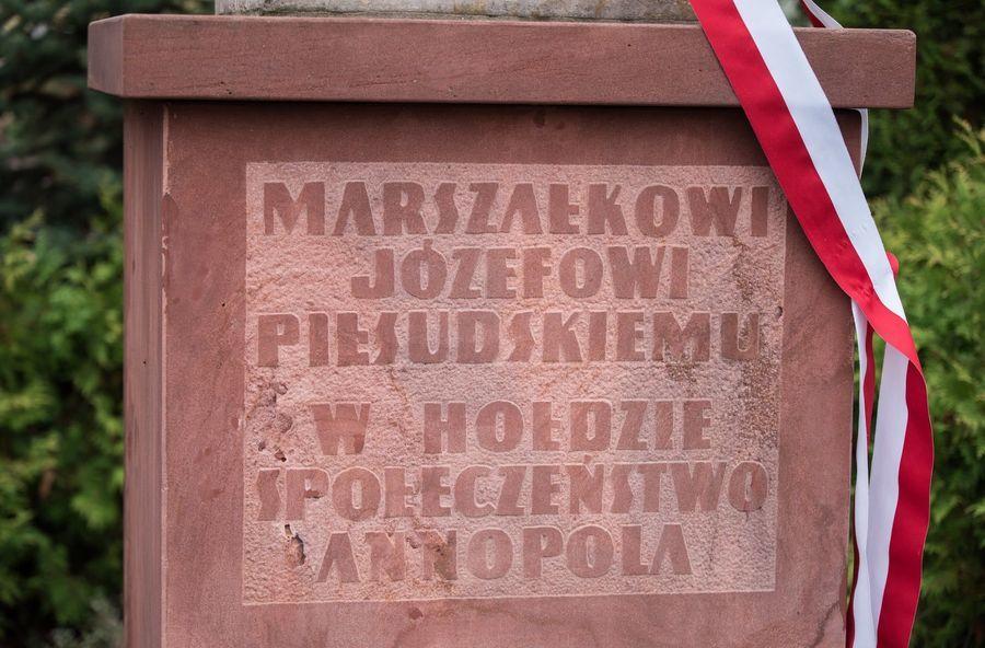 Pamiątkowa tablica na pomniku Marszałka Józefa Piłsudskiego