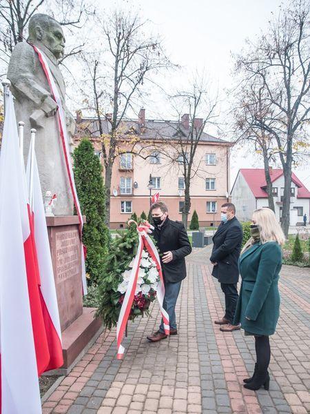 Obchody 102 rocznicy odzyskania Niepodległość - składanie wieńca pod pomnikiem