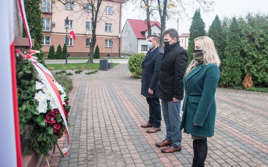 Obchody 102 rocznicy odzyskania Niepodległości - składanie wieńca pod pomnikiem