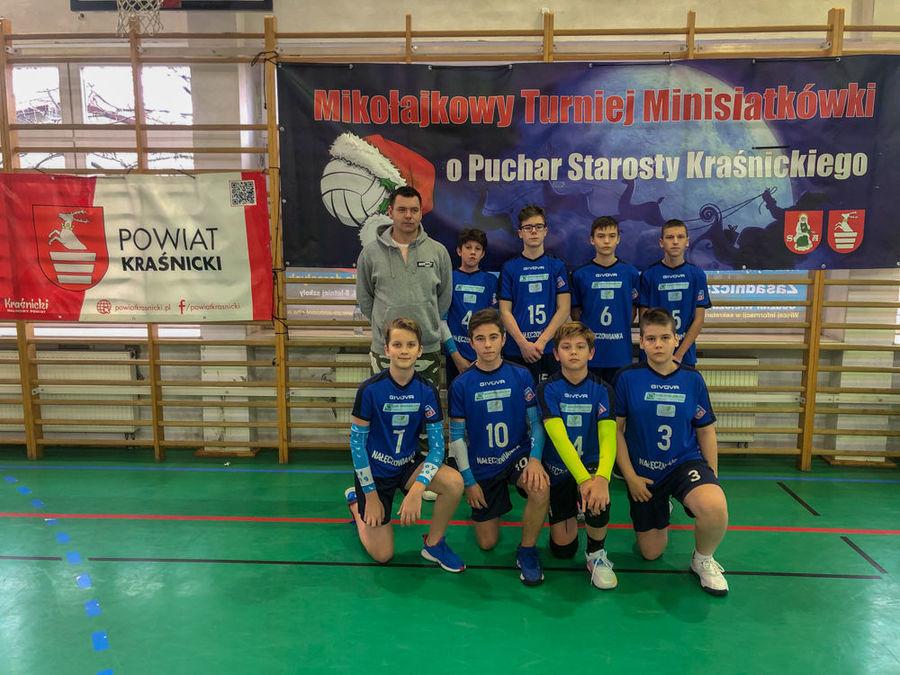 Zespół Cisów Nałęczów z trenerem