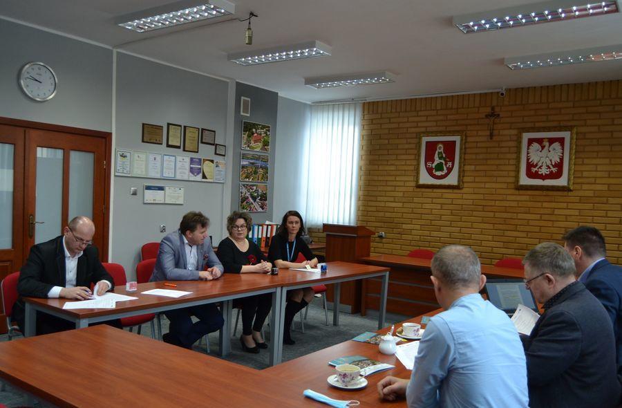 Uczestnicy obecni przy podpisywaniu umowy