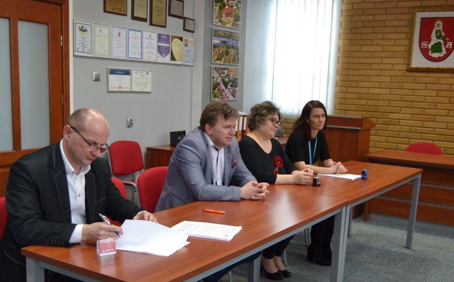 Podpisywanie umowy ze strony Burmistrza Annopola