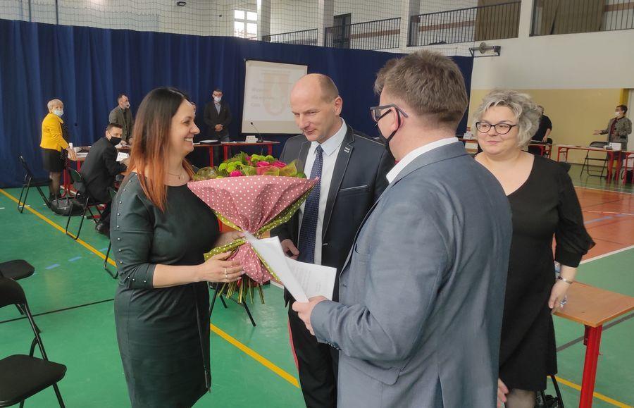 Wręczenie kwiatów przez Burmistrza Annopola nowopowołanej Pani Skarbnik Renacie Zięba