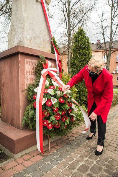 Uroczyste złożenie wieńca pod pomnikiem Marszałka Józefa Piłsudskiego