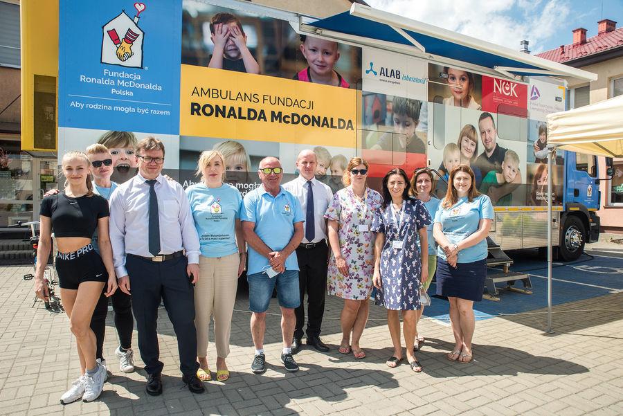 Burmistrz Annopola, Zastępca, lekarze i wolontariusze na tle Ambulansu