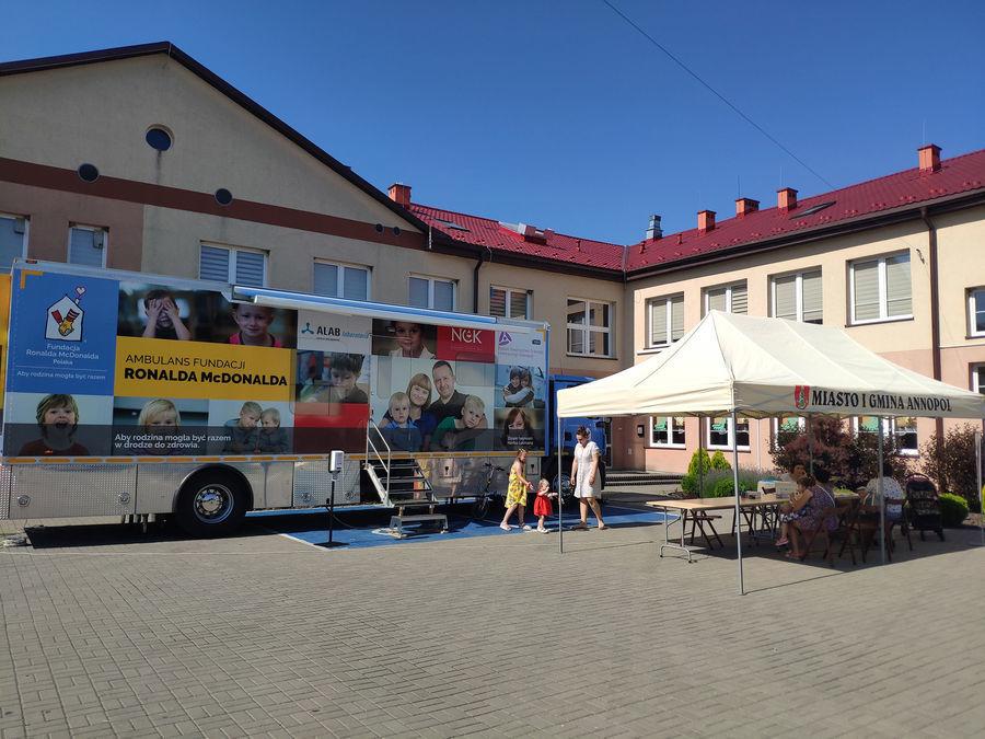 Ambulans Fundacji Ronalda McDonalda na placu przy Przedszkolu w Annopol