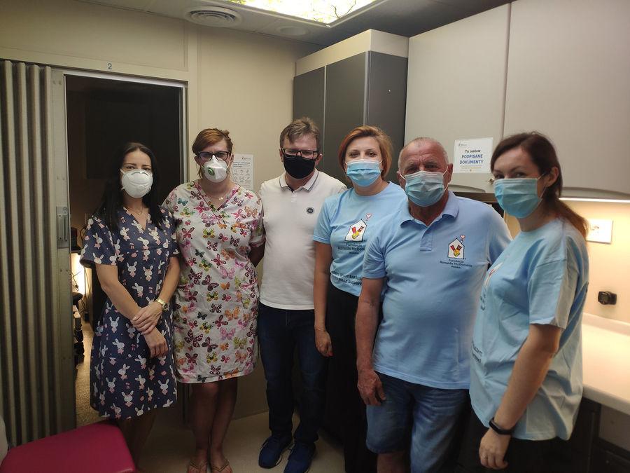 Zastępca Burmistrza z lekarzami i wolontariuszami na pokładzie Ambulansu w pierwszym dniu badań