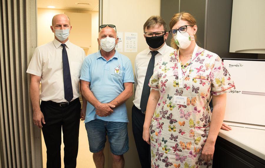 od lewej Burmistrz Annopola, opiekun techniczny Ambulansu, Zastępca Burmistrza i lekarze