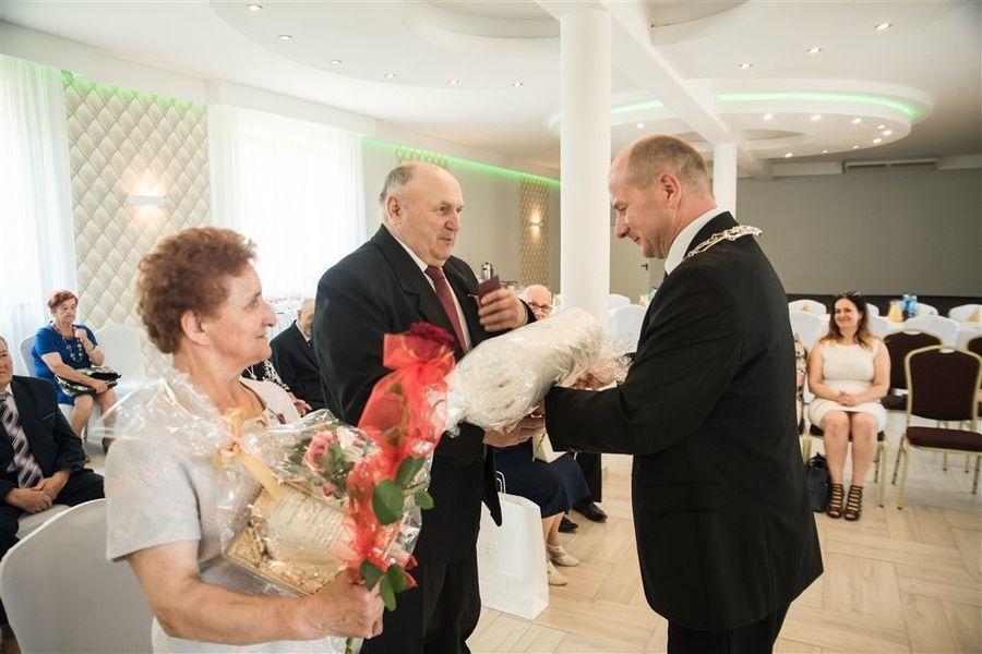 Państwo Henryka i Wiesław Gil otrzymują  prezent  od Burmistrza Annopola. (2)