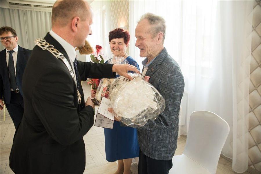 Państwo Krystyna i Stefan Zamłyńscy otrzymują prezent od Burmistrza Annopola.