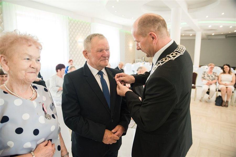 Odznaczenie Pana Zdzisława Libora  medalem za długoletnie pożycie małżeńskie.