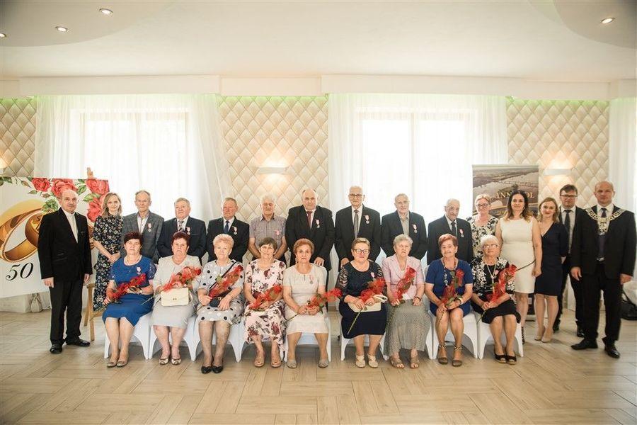 Pamiątkowa fotografia Jubilatów obchodzacych Jubileusz Złotych Godów w 2020 r. z Burmistrzem Annopola i zaproszonymi gośćmi.