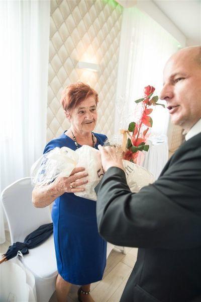 Pani Urszula Pradyszczuk otrzymuje prezent od Burmistrza Annopola.