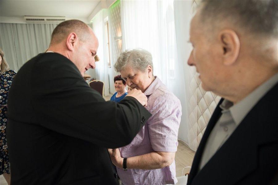 Pani Kazimiera Serafin otrzymuje medal za długoletnie pożycie małżeńskie.