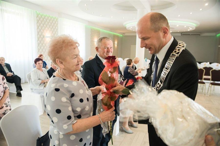Państwo Marta i Zdzisław Libor otrzymują prezent od  Burmistrza Annopola.