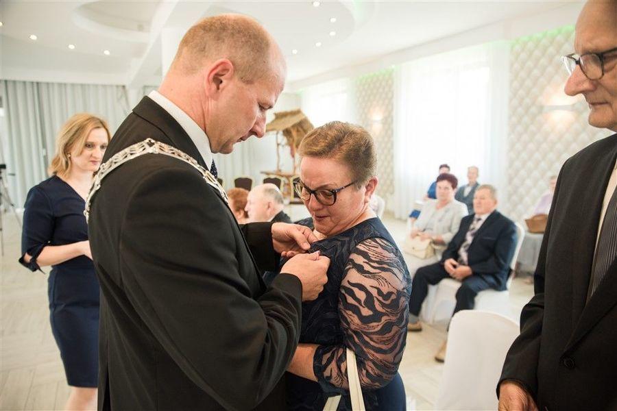 Pani Anna Gazda otrzymuje medal za długoletnie pożycie małżeńskie.