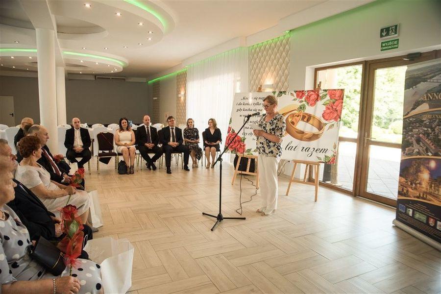 Przewodnicząca Rady Miejskiej Annopol Pani Zenobia Jarmuła składa życzenia Jubilatom