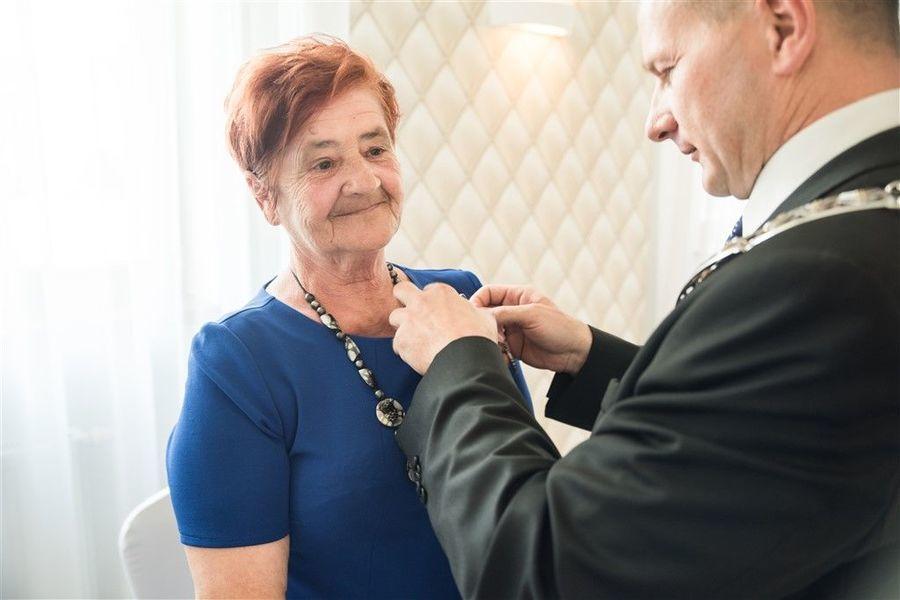 Pani Urszula Pradyszczuk otrzymuje medal za długoletnie pożycie małżeńskie.
