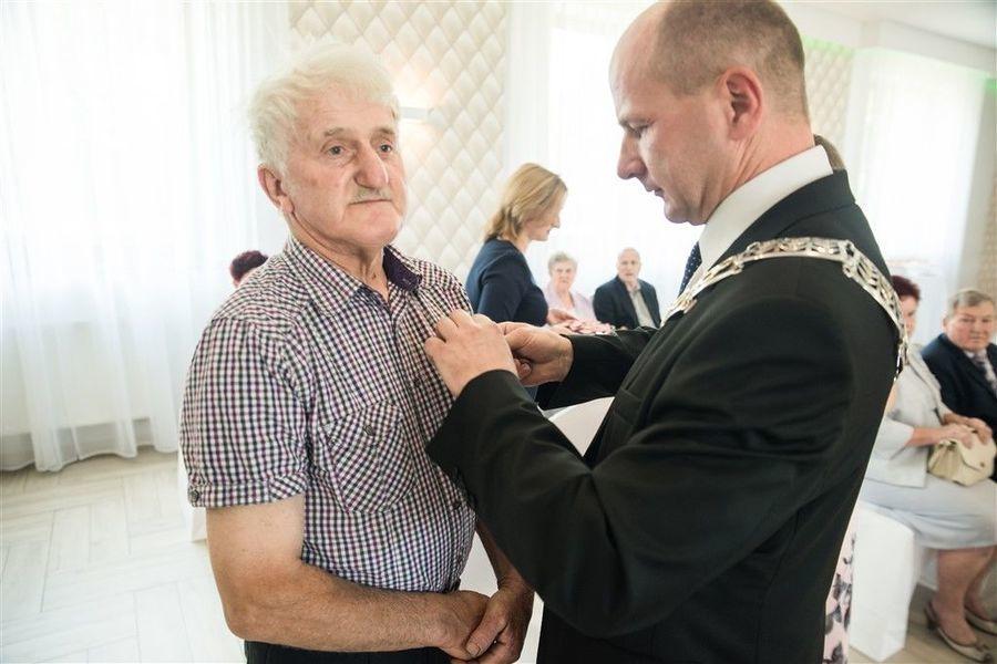 Odznaczenie Pana Kazimierza Mazura medalem za długoletnie pożycie małżeńskie.
