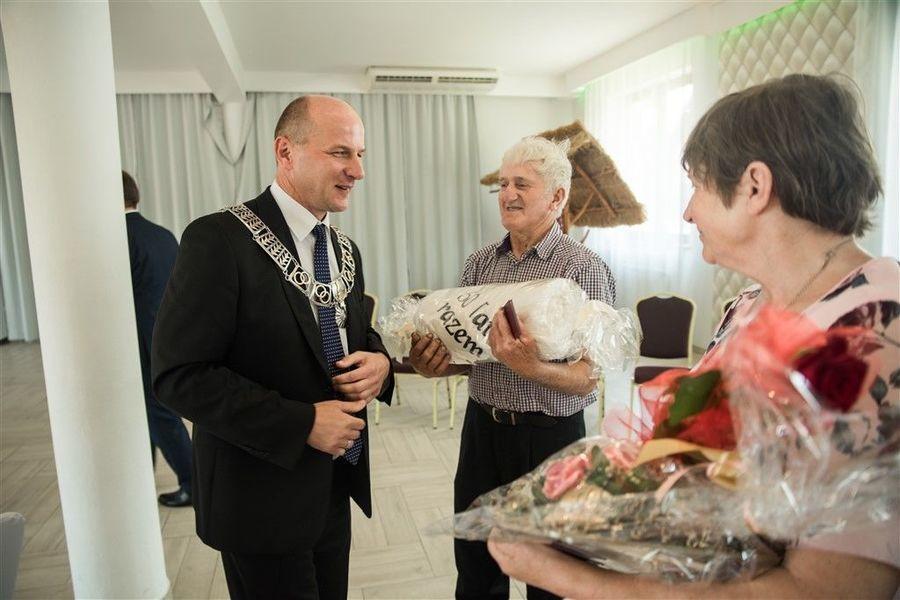 Państwo Irena i Kazimierz Mazur otrzymują prezent od Burmistrza Annopola.