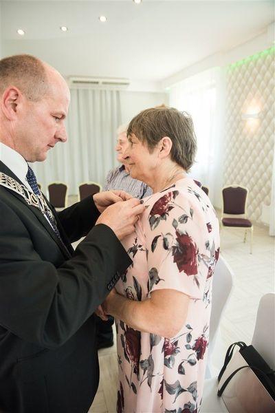 Pani Irena Mazur otrzymuje medal za długoletnie pożycie małżeńskie.
