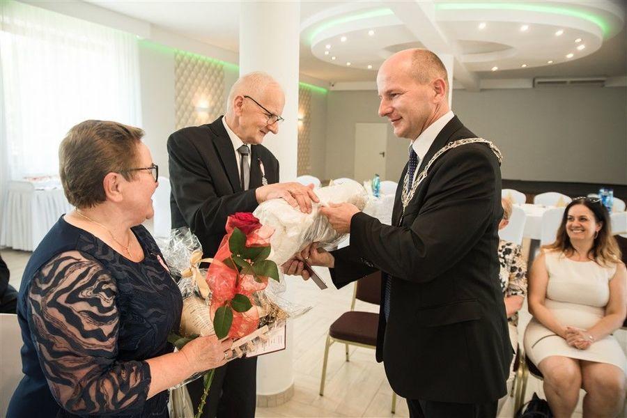 Państwo Anna i Ryszard Gazda otrzymują prezent od Burmistrza Annopola.